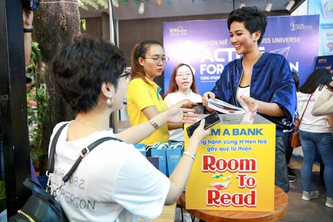 Hoa hậu H'Hen Niê gây quỹ hơn 22.000 USD cho Room to Read ảnh 2