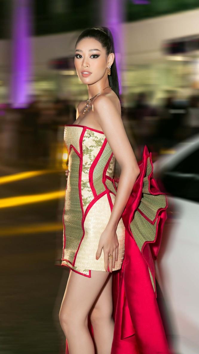 Hoa hậu nổi bật trên thảm đỏ với bộ trang phục đặc biệt