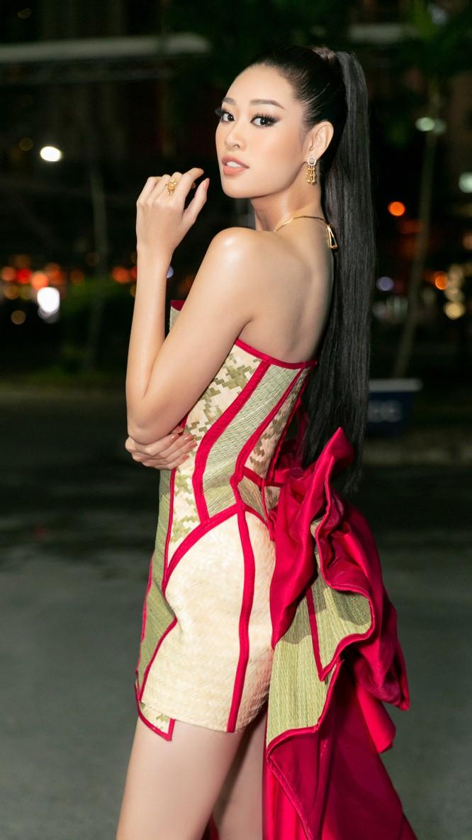 Hoa hậu Khánh Vân mặc trang phục với thông điệp bảo vệ làng nghề làm chiếu ảnh 3