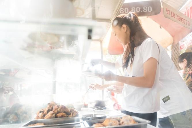 Á hậu Kim Duyên phụ gia đình bán cơm bình dân ảnh 5