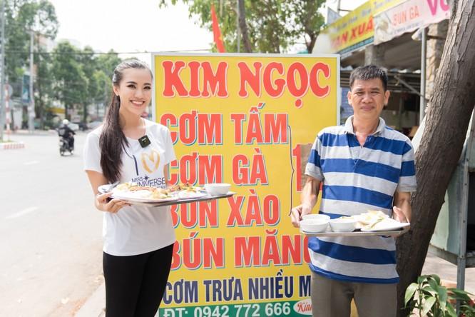 Á hậu Kim Duyên phụ gia đình bán cơm bình dân ảnh 10