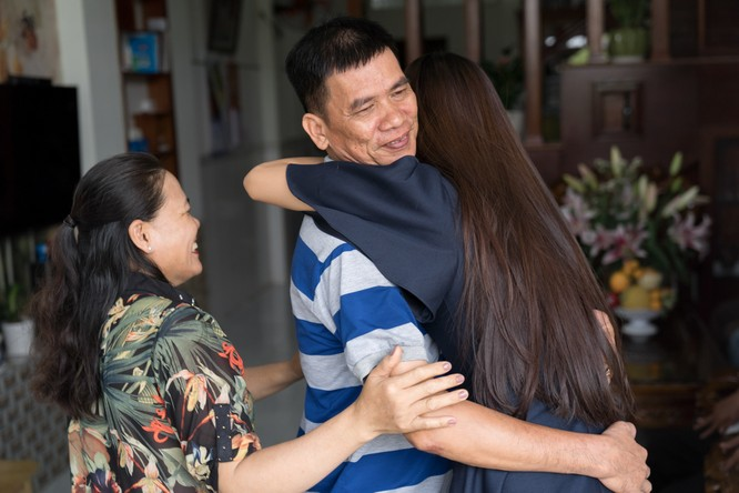 Á hậu Kim Duyên trong vòng tay ba mẹ