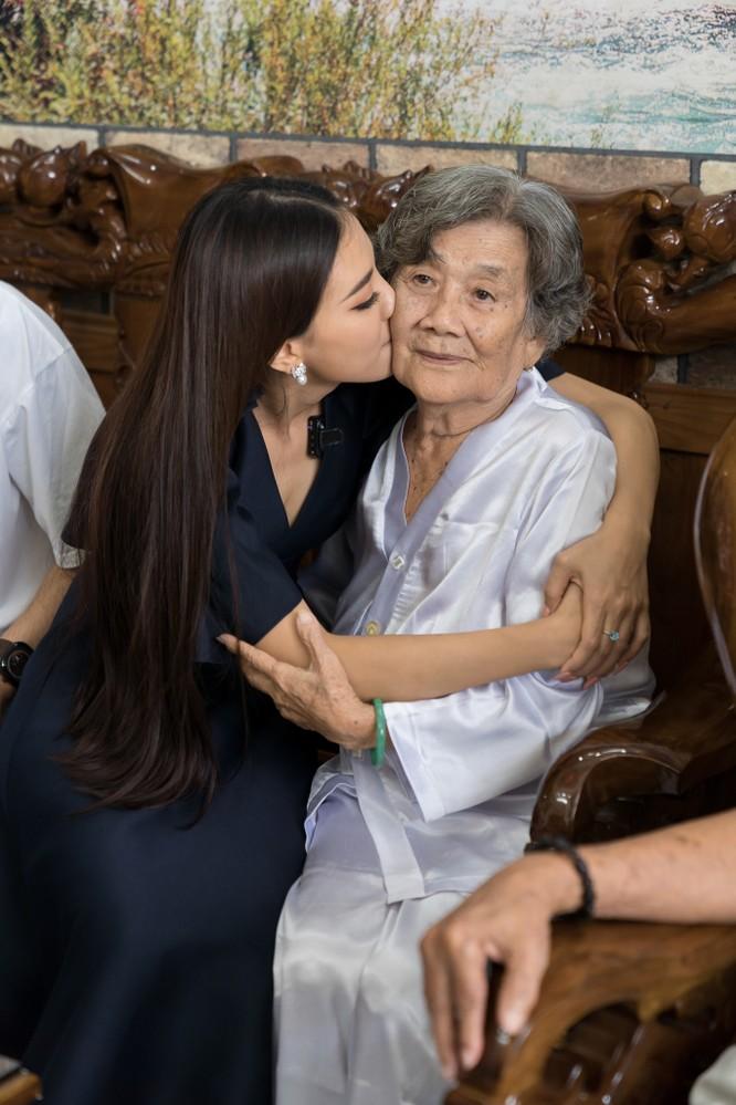 Á hậu Kim Duyên xúc động gặp lại ông bà nội