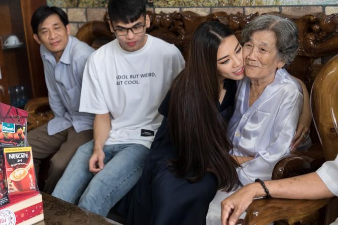 Á hậu Kim Duyên phụ gia đình bán cơm bình dân ảnh 3