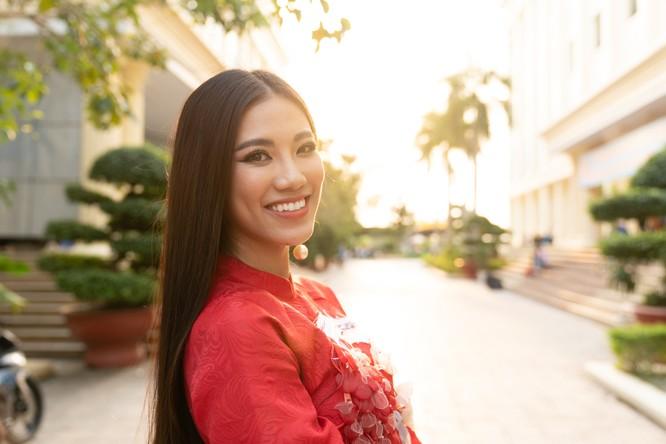 Á hậu Kim Duyên phụ gia đình bán cơm bình dân ảnh 14