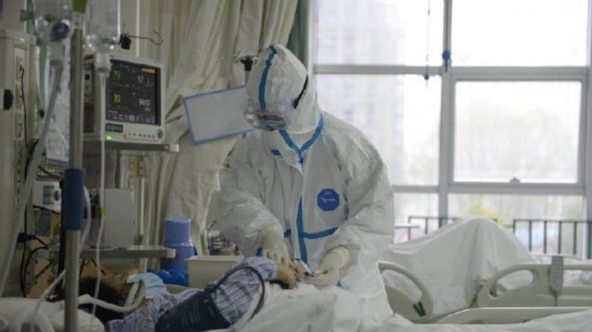 Khám chữa cho bệnh nhân nhiễm virus Corona tại BV Vũ Hán (Ảnh: REUTERS)