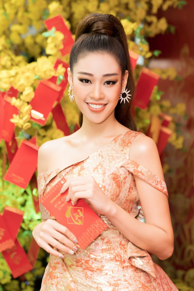 Hoa hậu Khánh Vân lộng lẫy, tươi trẻ
