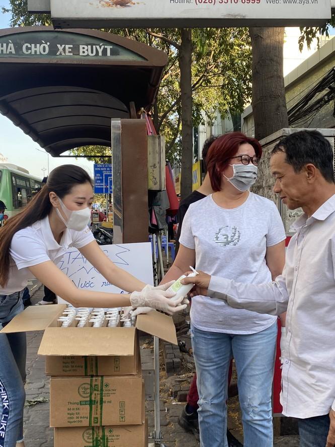 Hoa hậu Khánh Vân tặng 200 chai nước rửa tay sát khuẩn chống dịch COVID-19 ảnh 6