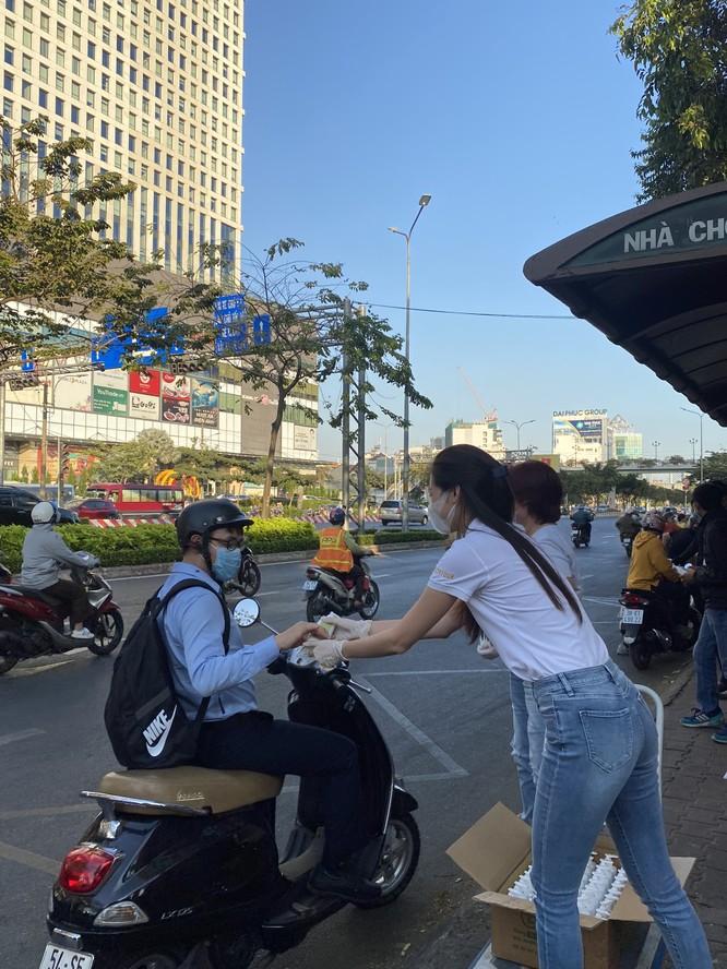 Hoa hậu Khánh Vân tặng 200 chai nước rửa tay sát khuẩn chống dịch COVID-19 ảnh 4