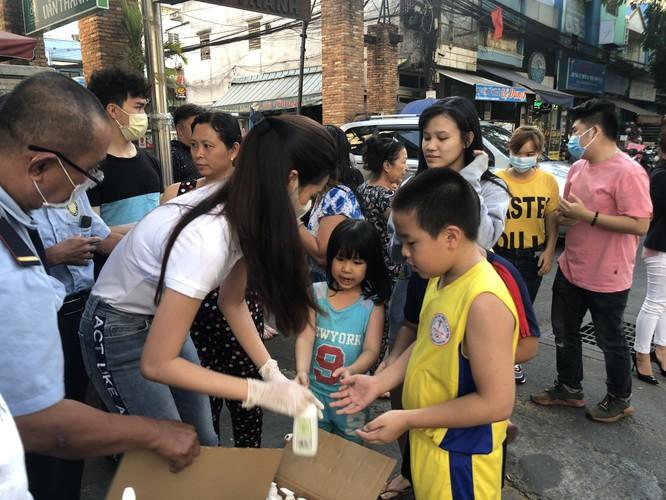 Hoa hậu Khánh Vân tặng 200 chai nước rửa tay sát khuẩn chống dịch COVID-19 ảnh 5