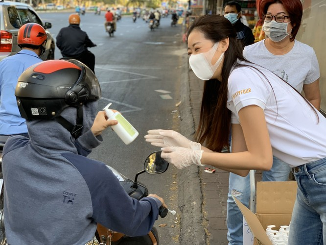 Hoa hậu Khánh Vân tặng 200 chai nước rửa tay sát khuẩn chống dịch COVID-19 ảnh 8