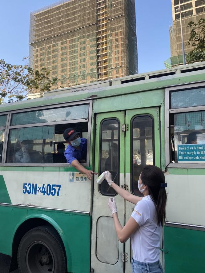 Hoa hậu Khánh Vân tặng 200 chai nước rửa tay sát khuẩn chống dịch COVID-19 ảnh 1