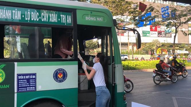 Hoa hậu Khánh Vân tặng 200 chai nước rửa tay sát khuẩn chống dịch COVID-19 ảnh 3