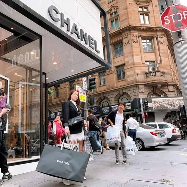 Hai vợ chồng thoải mái đi shopping lúc chưa có dịch bệnh COVID-19