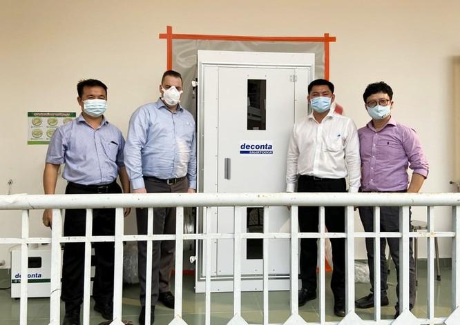 Bác sĩ Nguyễn Ngọc Sơn và ông Rob De Zwart, chuyên gia cao cấp của tập đoàn Y tế Deconta (Đức) tại Bệnh viện dã chiến Củ Chi – TP.HCM