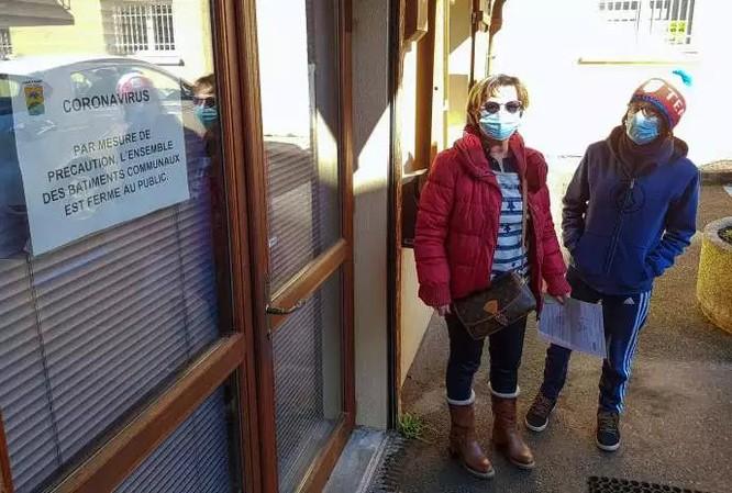 Tại một làng ở Pháp, người dân cũng bắt đầu đeo khẩu trang phòng dịch (Ảnh: Le Monde)