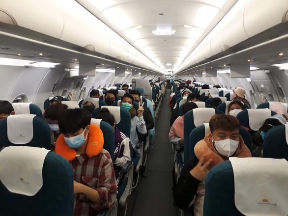 Gần 200 người Việt kẹt tại đảo Cebu (Philippines được cấp có thẩm quyền cho bay về nước bằng chuyến bay thuê của Vietnam Airlines đêm 24/3 (Ảnh: Khương Xuân)