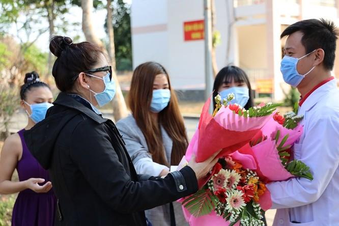 Bệnh nhân được ra viện ở BV Dã chiến Củ Chi tặng hoa cảm ơn bác sĩ điều trị (Ảnh: Đình Nguyên)