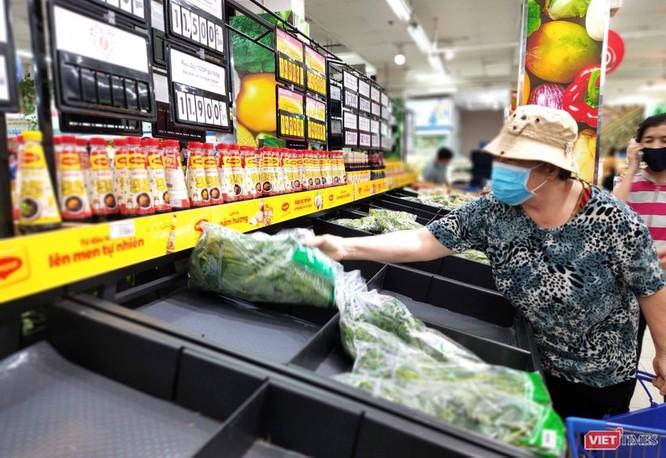 Người dân mua hàng trong siêu thị phải mang khẩu trang (Ảnh: Hòa Bình)