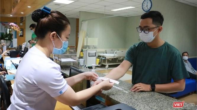 Người bệnh đeo vòng tay sau khi đã được sàng lọc (Ảnh: HB)