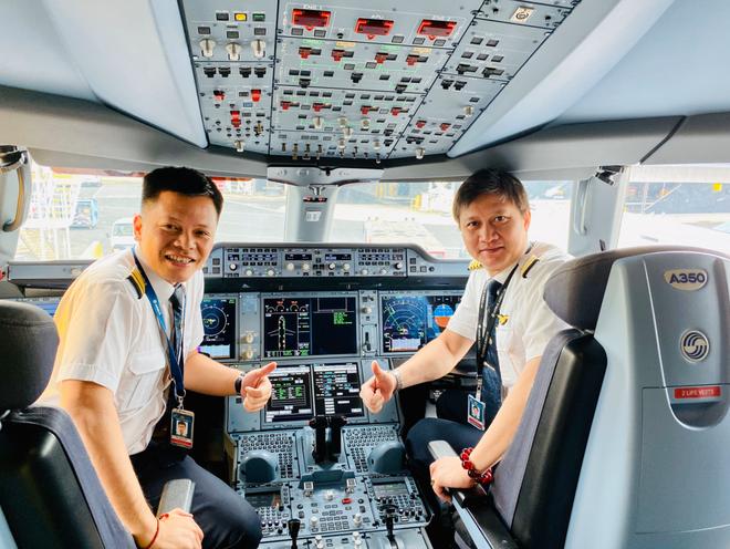 Phi công Tôn Dương Tuấn (trái) tham gia chuyến bay đặc biệt (Ảnh: NVCC)