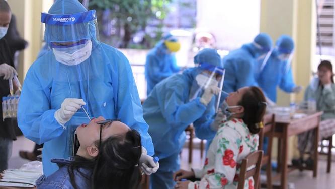 Kết quả xét nghiệm của các du khách này sẽ được thông báo đến Sở Y tế TP HCM trước khi thực hiện chuyến bay trở về (Ảnh: BV)