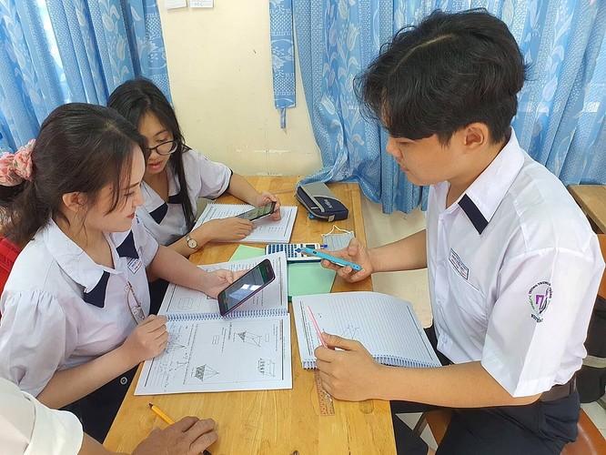 Học sinh trường THPT Nguyễn Du (quận 10, TP HCM) trong một tiết học có sử dụng điện thoại dưới sự hướng dẫn của giáo viên. Ảnh Huỳnh Phú