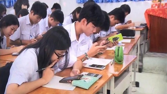 Cho học sinh sử dụng điện thoại trong lớp khiến phụ huynh hoang mang, lo lắng - Ảnh: PLVN