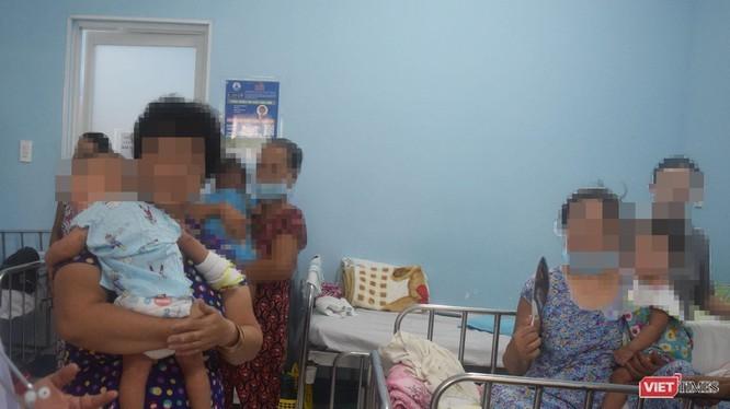 Bệnh nhi tay chân miệng điều trị tại BV Nhi Đồng 1 (Ảnh: Hòa Bình)