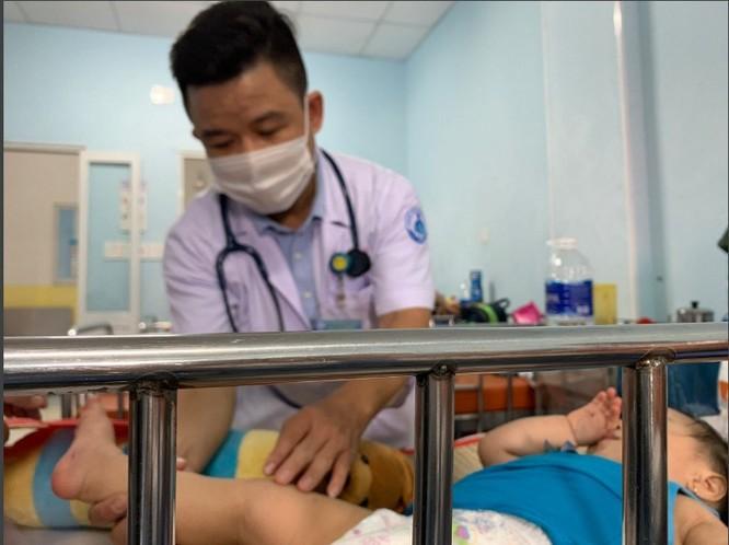 Trẻ bị tay chân miệng đang được điều trị ở BV Nhi đồng 1 TP.HCM. Ảnh: Hoàng Lan