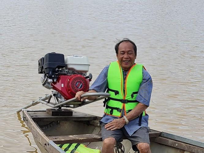 """""""Người hùng chân đất"""" cứu 100 người trong lũ dữ Quảng Bình đã được tặng con đò mới thay con đò bị vỡ ảnh 4"""