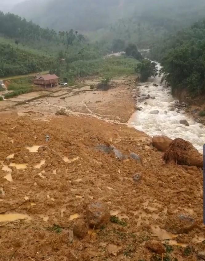 Sau Quảng Nam, đến Quảng Ngãi chống chọi bão lũ sạt lở kinh hoàng ảnh 1