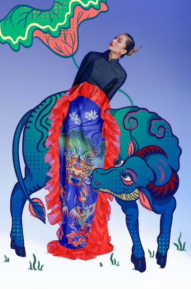 Hoa hậu H'Hen Niê mang tranh dân gian Đông Hồ vào ảnh Tết ảnh 4