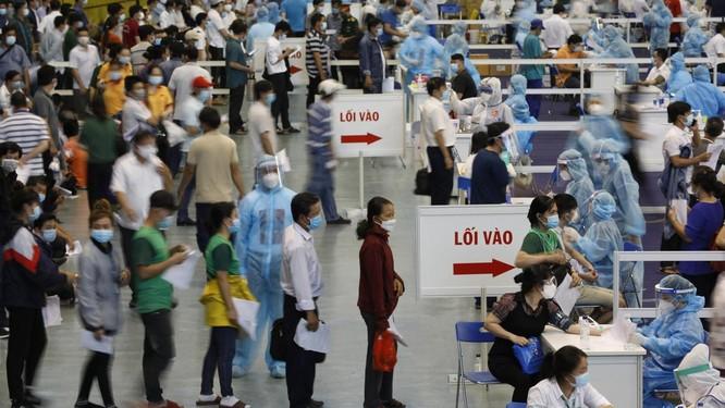 Nhà thi đấu Phú Thọ tiêm vaccine COVID-19 hơn 9.000 người một ngày ảnh 1