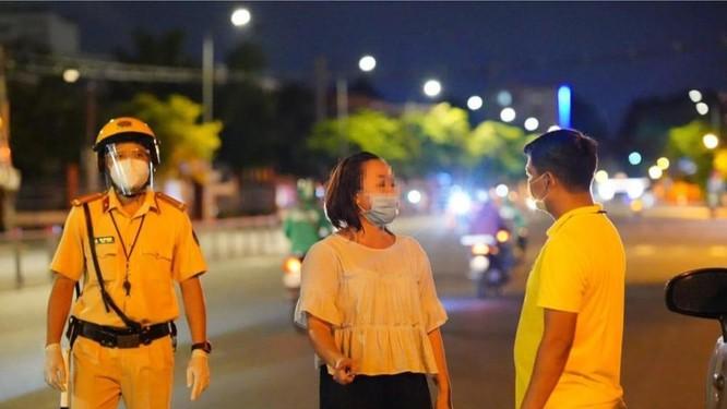 TP.HCM: Người dân đi rút tiền chợ, chở thực phẩm có vi phạm Chỉ thị 16? ảnh 1