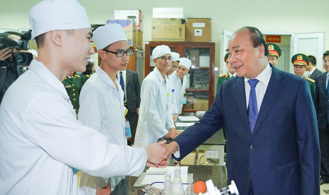 Thủ tướng thăm hỏi các học viên của Học viện Quân y (Ảnh: VGP)