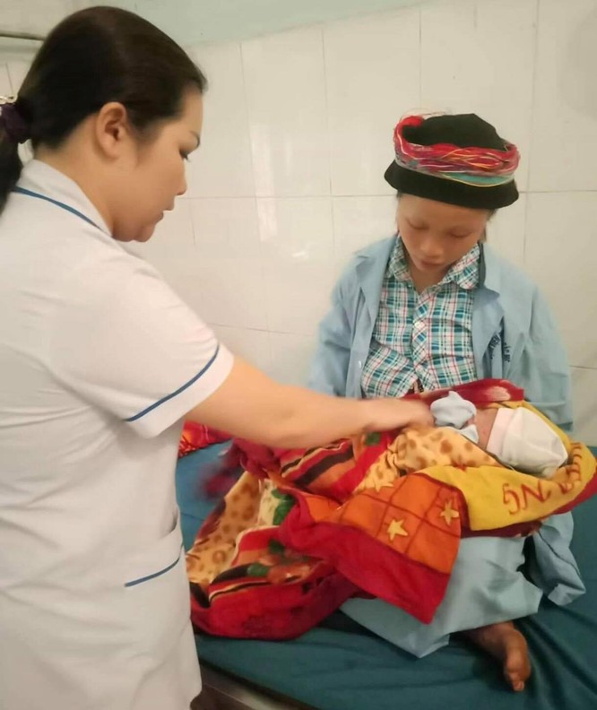 Mẹ con chị Sàng đang được chăm sóc tại Bệnh viện đa khoa huyện Bắc Mê, Hà Giang (Ảnh: BVCC)