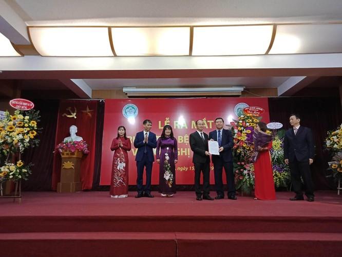 Giám đốc Bệnh viện Bạch Mai trao quyết định thành lập Trung tâm Bệnh nhiệt đới