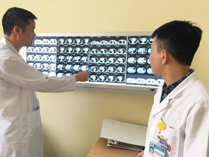 TS Nguyễn Khắc Kiểm trao đổi cùng đồng nghiệp về tình trạng bệnh của chị Lò Thị V.