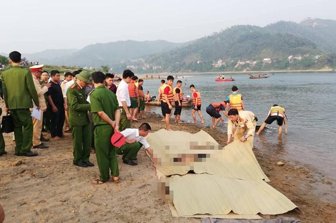 Cơ quan công an phát hiện thi thể của 8 trẻ chết đuối (Ảnh: Zing News)