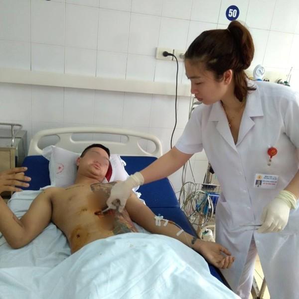 Bác sĩ bệnh viện 198 chăm sóc bệnh nhân sau mổ