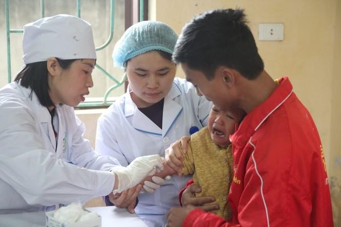 Nhân viên y tế lấy máu xét nghiệm cho trẻ tại Bắc Ninh