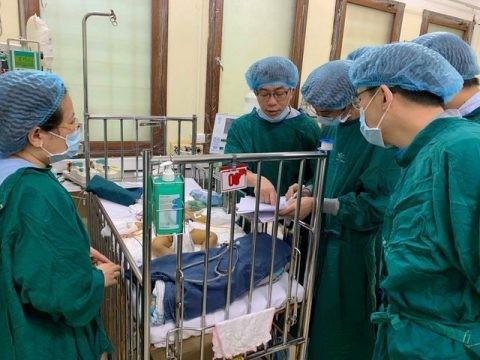 Hơn 40 bác sĩ tham gia ghép gan cứu sống bệnh nhi 1 tuổi ảnh 1