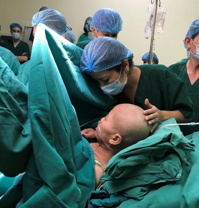 20 bác sĩ phối hợp giúp thai phụ ung thư vú đã di căn sinh con ảnh 1