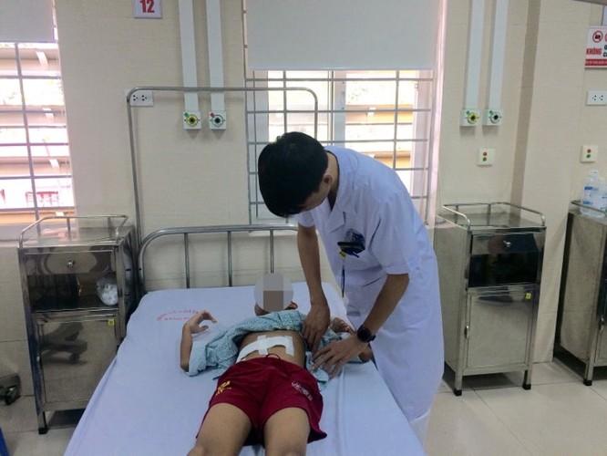 Loại bỏ khối u khó cho trẻ 12 tuổi chỉ mất 200 ml máu ảnh 1