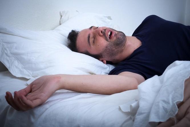 Đừng mang 5 thứ này lên giường để ngủ ngon hơn ảnh 5