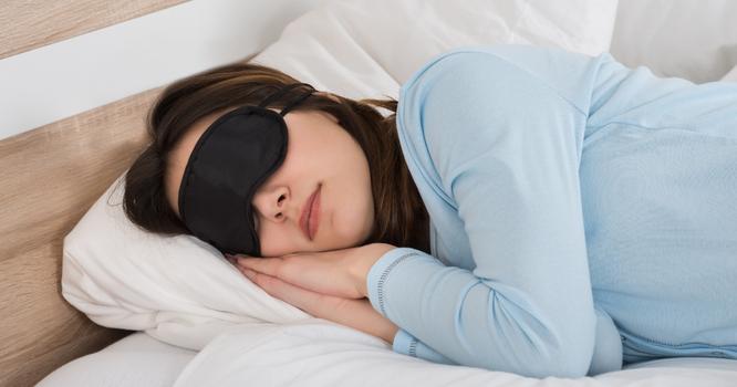 Đừng mang 5 thứ này lên giường để ngủ ngon hơn ảnh 1