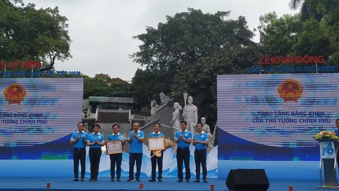"""Hà Nội: Hàng nghìn người hưởng ứng cuộc thi """"Đi bộ vì sức khỏe"""" ảnh 1"""