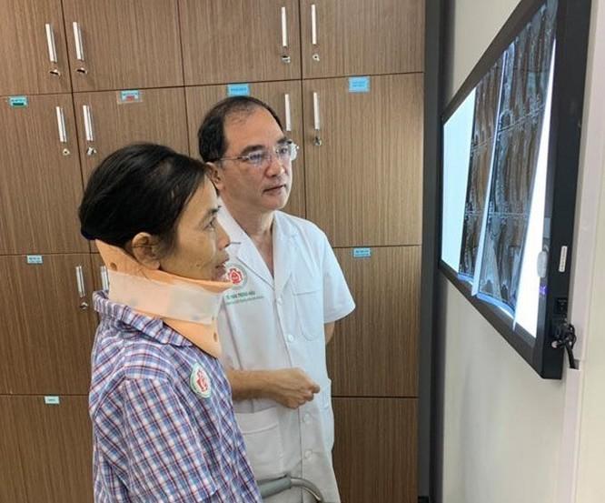 Cắt khối u quái ác ở vùng cổ, chữa đau đầu cho nữ bệnh nhân ảnh 1