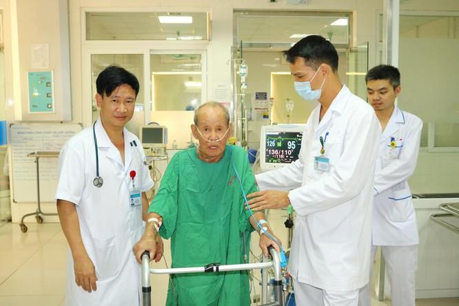 Cụ ông 90 tuổi từ Qatar về Việt Nam để chữa khỏi bệnh phổi ảnh 1
